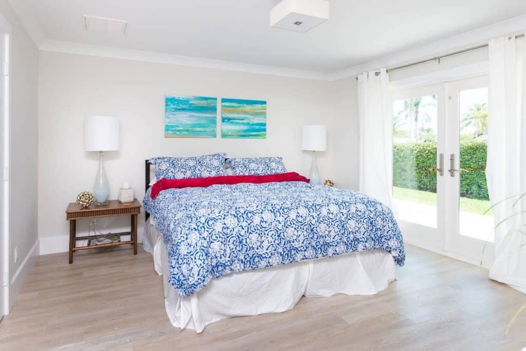 Beach House Bedroom Design Ideas - Bold blue bedding