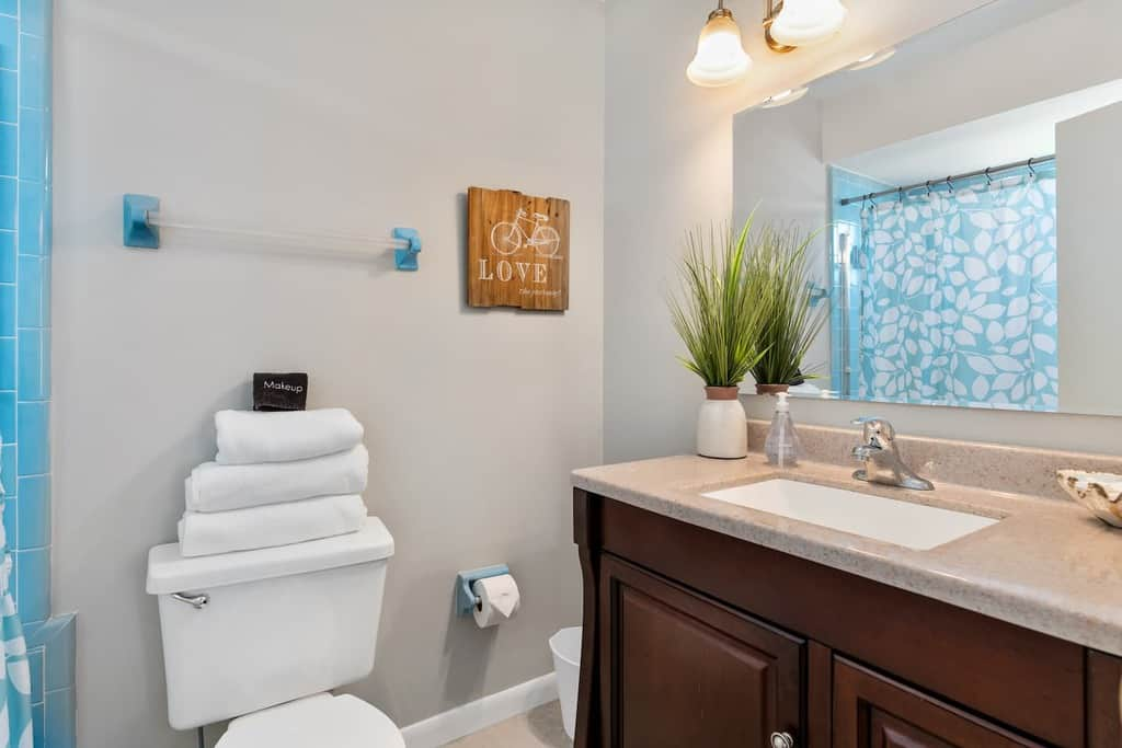Master bath displaying how to leave towels at your Airbnb